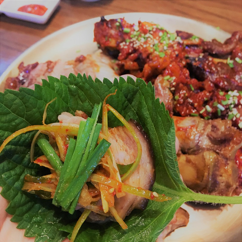 蘇子葉和豬蹄還是蠻配的……蘇子葉硬硬的有自己的獨特味道,配上韭菜,清香爽口。