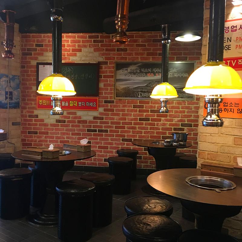 顧名思義這家店是專門賣濟州島豬肉的烤肉店!店裡的裝飾也是標準的韓式烤肉店風格,晚上會非常熱鬧。