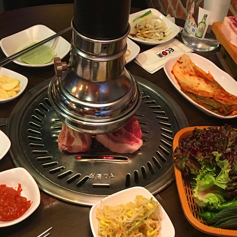首先是五花肉。五花肉很厚自己不好操作,店員會幫顧客都烤好,吸力強大的排煙設備即使吃完烤肉也不用擔心身上有煙火氣。