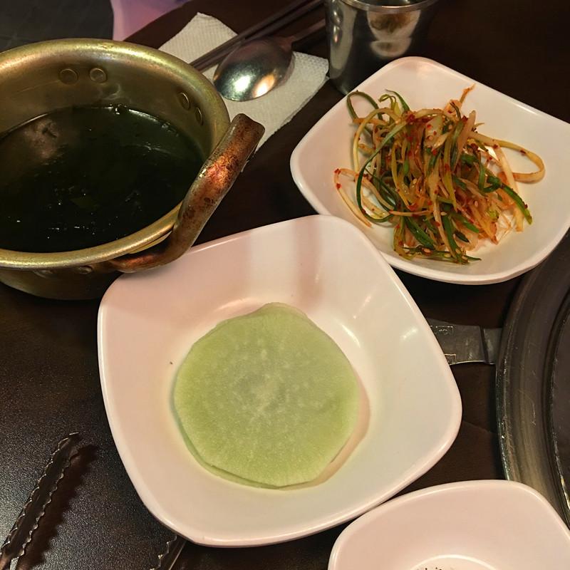 小編最愛綠色的蘿蔔片,非常酸甜爽口,店員還會提前送上熱乎乎的海帶湯。