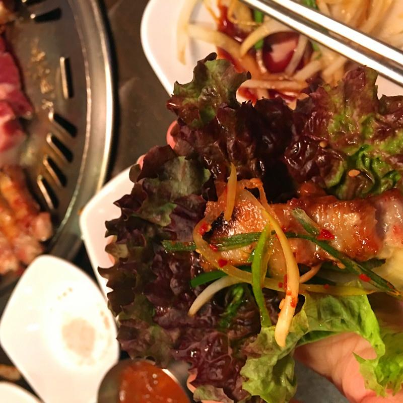 配上特製的醬料,加上蔥絲,用生菜包住,就會收穫更豐富的口感,也更有飽腹感。