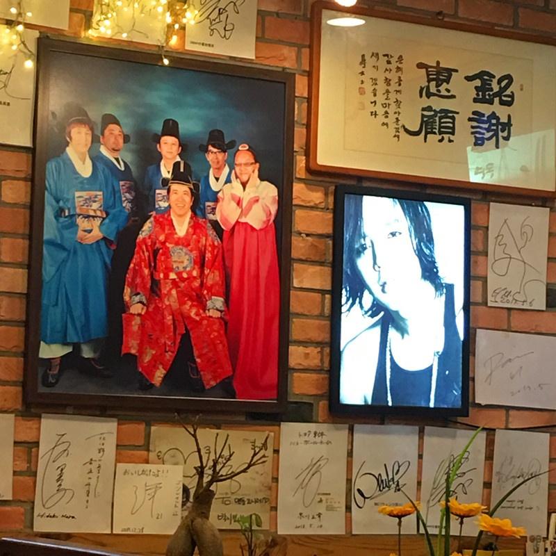 這家店在藝人中人氣不小哦~牆上密密麻麻的藝人簽名,尤其是日本藝人很多。可能這家店偏日式口味?小編這就品嘗一下!
