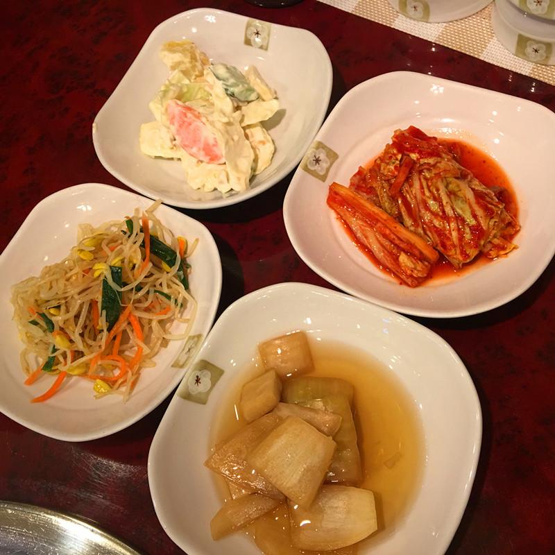 無限添加的各種小菜,小編吃烤肉的時候偏愛腌洋蔥。完全不辣而是酸甜口味,和五花肉是絕配。