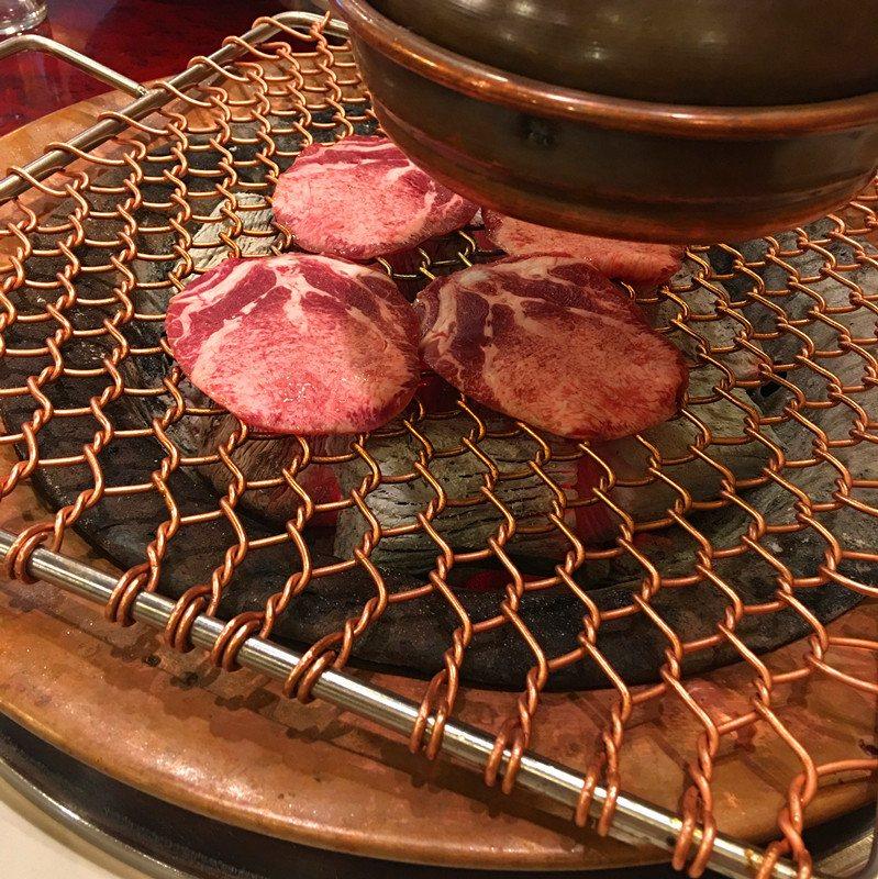 第一份上烤盤的是牛舌。值得一提的是這家烤肉店的服務,全程不用動手而且服務員都會中文和日語,有求必應,吃起來非常舒心。