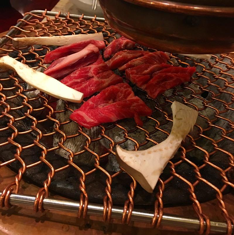 第二個品嘗的是生排骨肉。看圖片就能感受到的新鮮肉質。