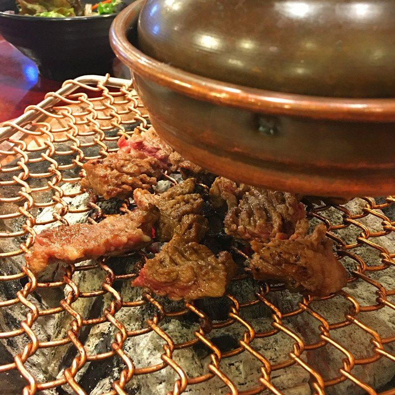 腌制排骨肉肥美多汁,大塊咬下去實在是很過癮!