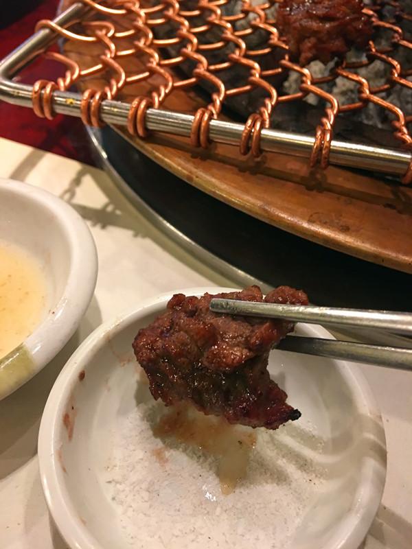 本身有酸甜醬汁的排骨肉,蘸一點海鹽,無需其他調料就十分美味了。