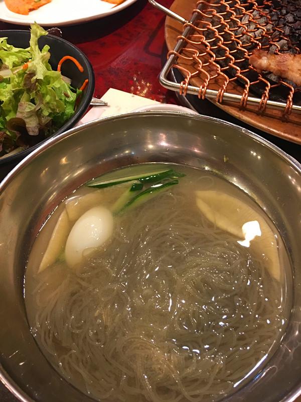 收尾是韓國人在吃烤肉時最愛搭配的冷麵。這家冷麵沒有添加辣椒醬,而是自行加芥末汁等調味,五花肉和冷麵一起吃就令人胃口大開!在明洞想吃烤肉不妨一試!