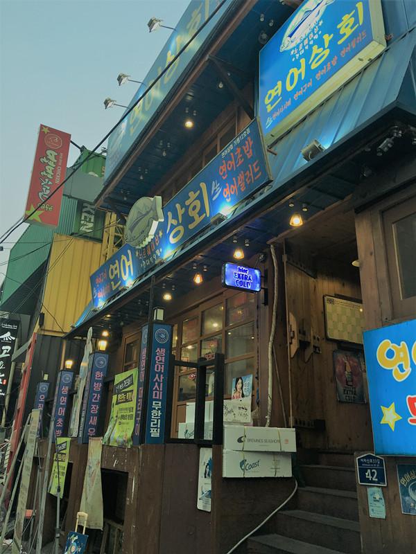 建大有個有名的「腐敗街」,幾百個美食店一個月都吃不完!今天小編來到這家「鮭魚商會」(연어상회)。這家店專營三文魚,主要菜單都是無限自助哦!價錢都在20000韓元以內,性價比極高。