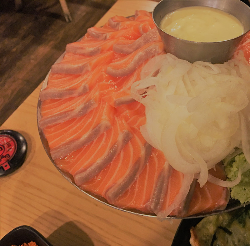 噹噹噹噹!鮭魚登場了~片的平整的魚片色澤鮮亮,擺盤精美,看著就心情愉悅!