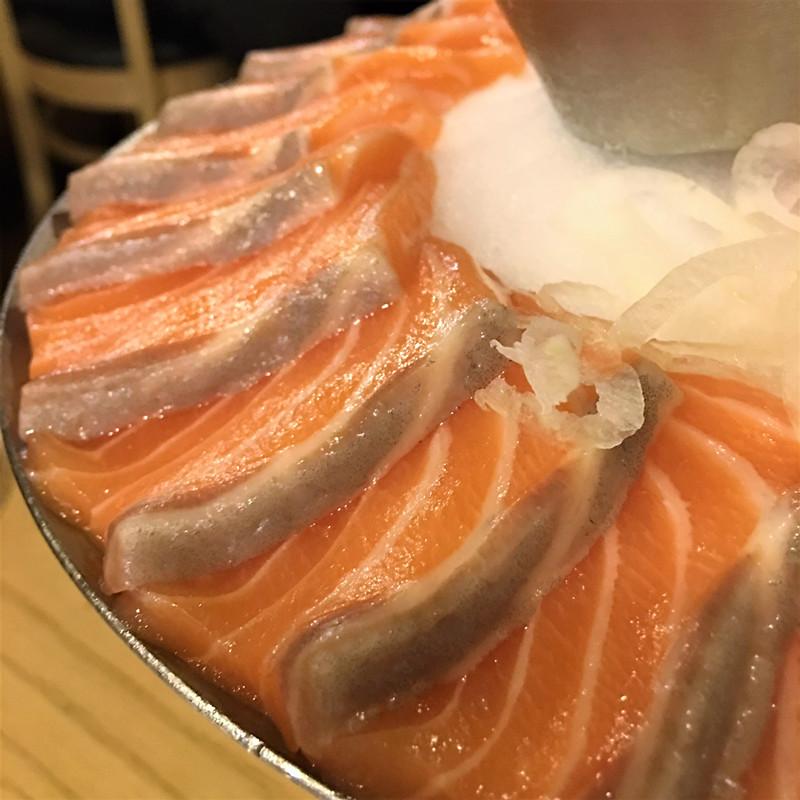 不得不佩服廚師的刀工了。因為這家店是薄切,不容易迅速吃膩~喜歡薄切鮭魚的朋友可以來這裡。