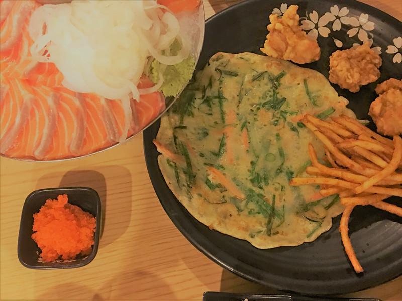 這樣的套餐有魚有肉,有涼有熱,已經很豐富了。另外還有加生牛肉、拌飯或鮭魚沙拉等多個套餐可以選擇。