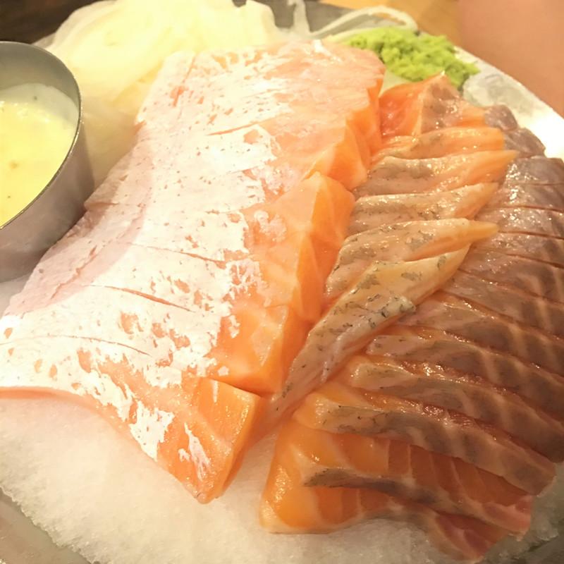 一份吃不夠就再來一份!按下桌上的響鈴就可以無限添加哦~桌上的一切都可以「再來一份」,大胃王也可以放心吃哦~喜歡鮭魚的不妨來建大腐敗一下!