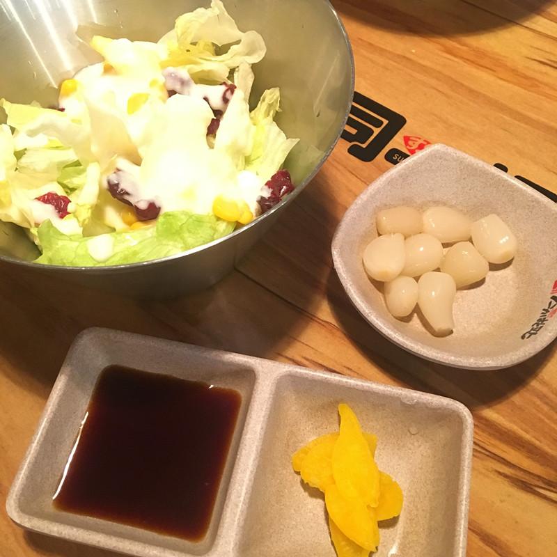 沙拉,甜蒜和調料。沙拉裡面放入了蔓越莓和甜玉米,非常好吃~小編也學到了放蔓越莓的做法,光是沙拉就很不錯。