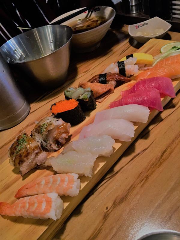 滿滿的兩板壽司!手握、旗艦壽司都有,種類很豐富。