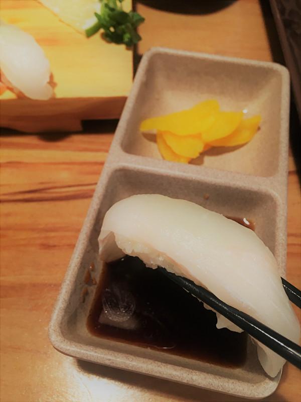 蘸上一點醬油,超級幸福!壽司怎麼都吃不夠的~