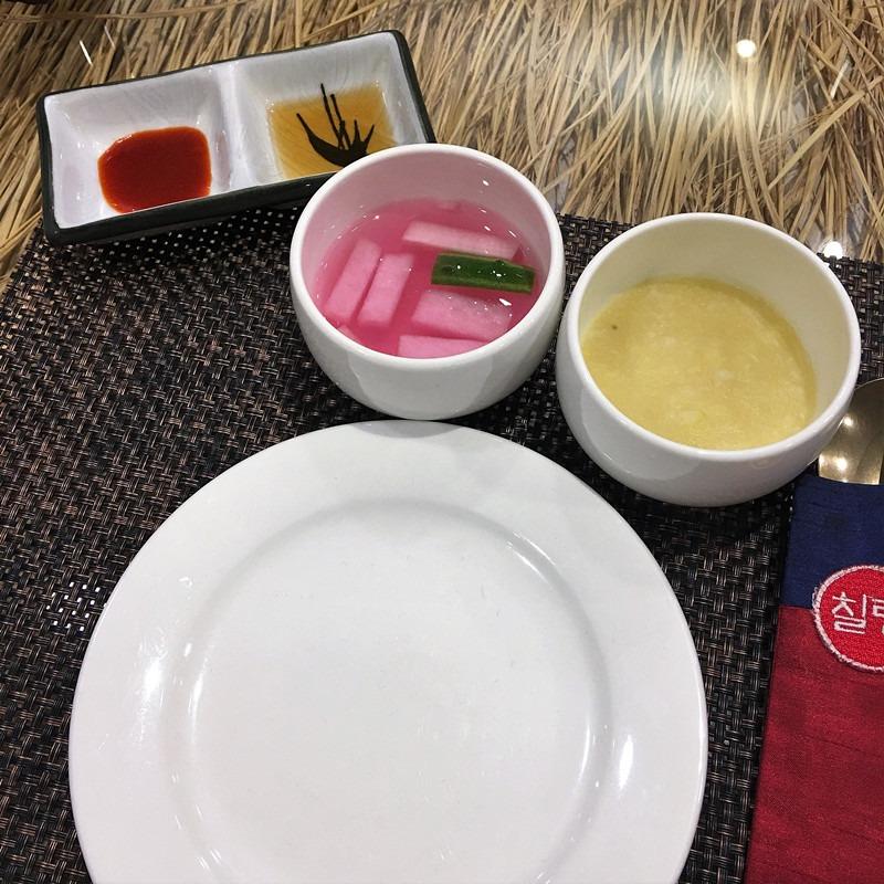 美食到來之前,店員會擺好南瓜粥和清爽的蘿蔔湯。南瓜粥軟綿甜蜜,很好消化。
