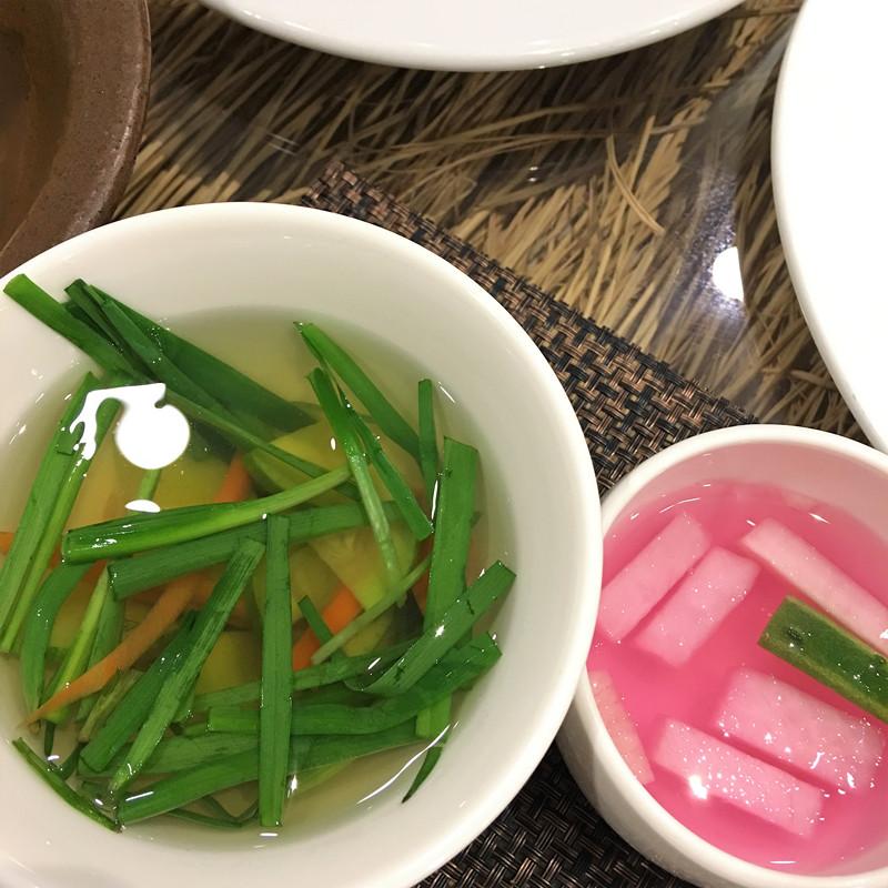 一碗碧綠的西葫蘆湯,裡面卻放入滿滿的螺螄。螺螄的加入使湯特別鮮美清甜。