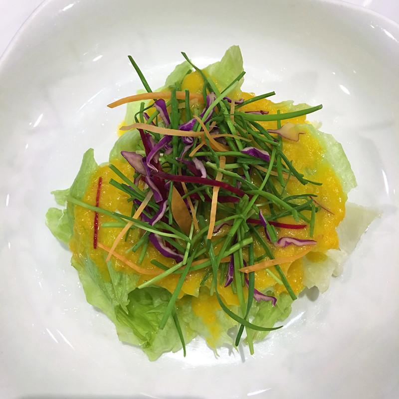 第一道前菜是蔬菜沙拉。就是最基本的沙拉已經非常有特色~沙拉醬是柚子製成,非常清爽怡人,打開了沙拉的新世界!