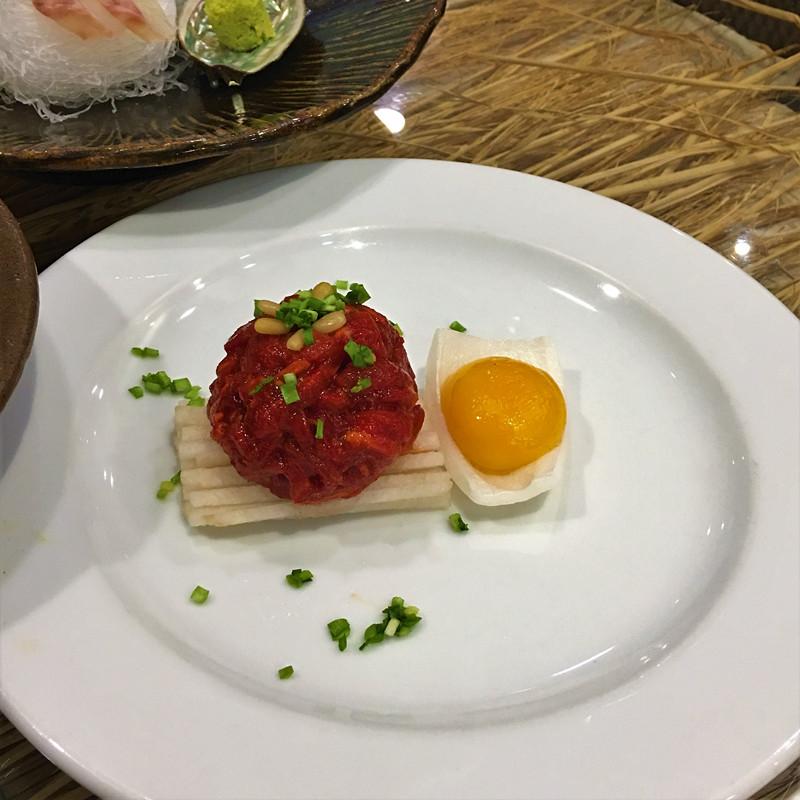 韓國人平時就超愛吃生牛肉~新鮮的牛肉絲調好味,和雪梨絲、雞蛋黃攪拌均勻就好。沒吃過生牛肉的來韓國是一定要嘗試的!