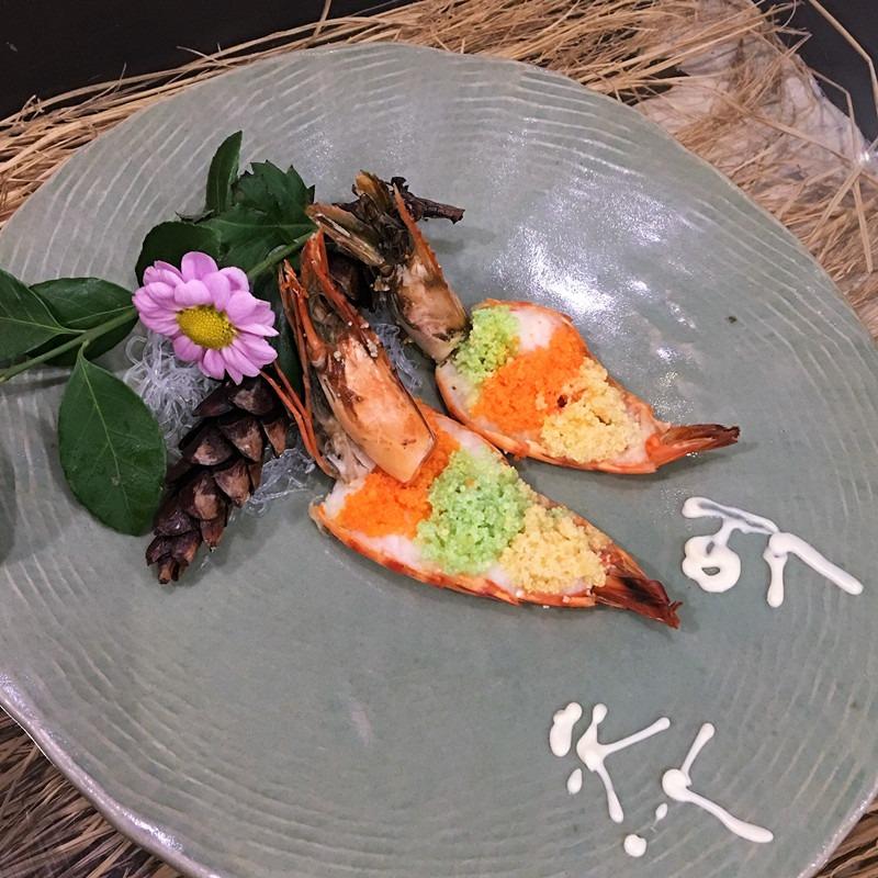 這款魚籽蒸蝦,上面擺著三色魚籽,味道都完全不同,每一口都能感受到魚籽在口中跳動,和大蝦融合在一起,鮮美的程度加倍。