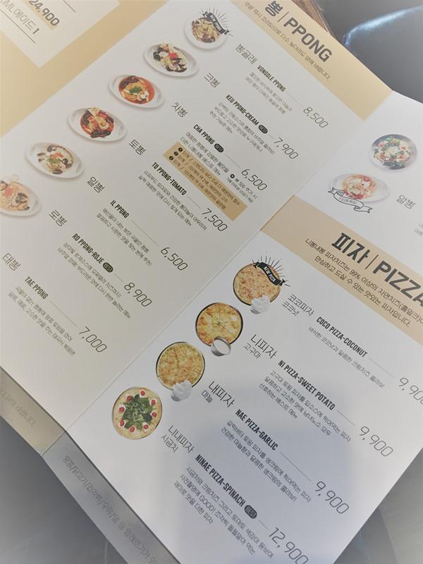 海鮮面是韓國常見的「中餐」,其實海鮮面本身味道很平常,但這家店採用海鮮面的面質做出十幾種不同味道的海鮮面,而且每一種都很好吃!菜單中就可以看到各式各樣的海鮮面,還有特色薄餅披薩。