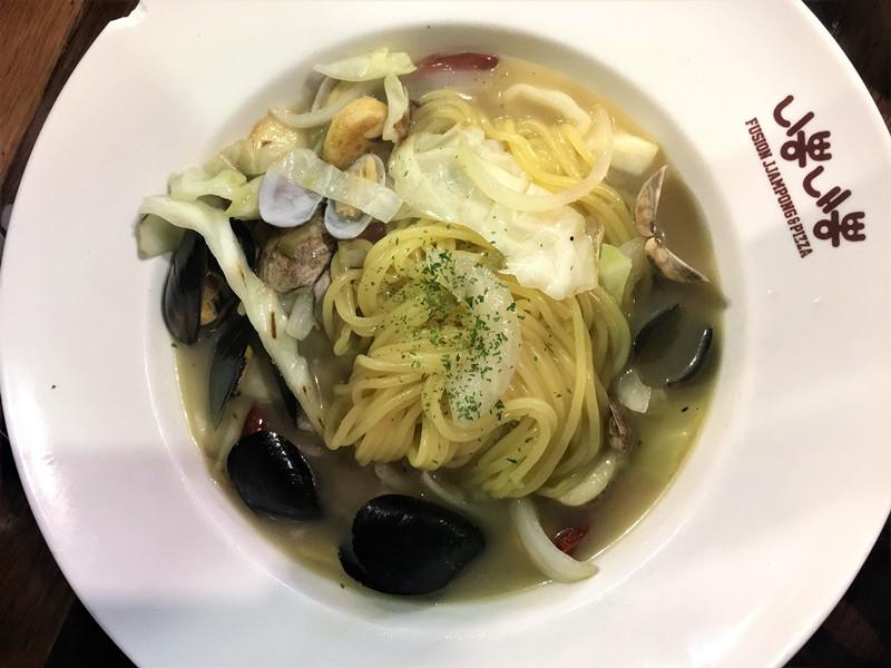 這一款是新品뽕골레,橄欖油製作的蒜香海鮮面。湯汁和其他的品種相比清淡,蔬菜也比較多,適合減脂人士選擇。