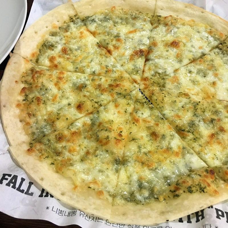 這一款是蒜香披薩,可以看出來小編在這家店吃過好多次……喜愛蒜香的一定要選擇這一款。三種披薩都是9900元,很划算。雖然不屬於韓餐的範疇,但是相當有特色的美食店,值得嘗試!