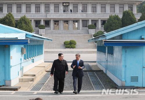 2) 「板門店」是什麼地方? 「板門店」的藍色建築物分為