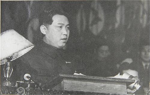 後來,1976年北韓軍用斧頭殺死了UN軍,導致村落的氣氛完全改變。事件後,美國將航空母艦和爆擊機等武器全部調派到南韓,當時的領導人金日成雖然向美國道歉,但至此以後就有一條線將南北韓分得很清楚。而這次的會議將在南韓的建築物舉行!!
