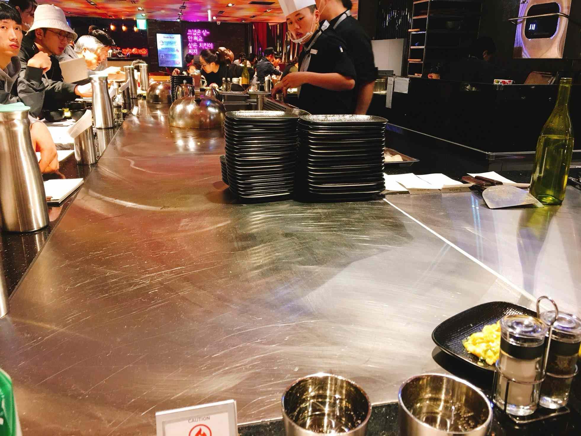 有吧檯的座位和旁邊一般的座位席,想看廚師做鐵板料理的話可以選擇吧台這裡喔!還可以跟台灣服務生聊聊天XD廚師做好餐點會直接推到你面前~
