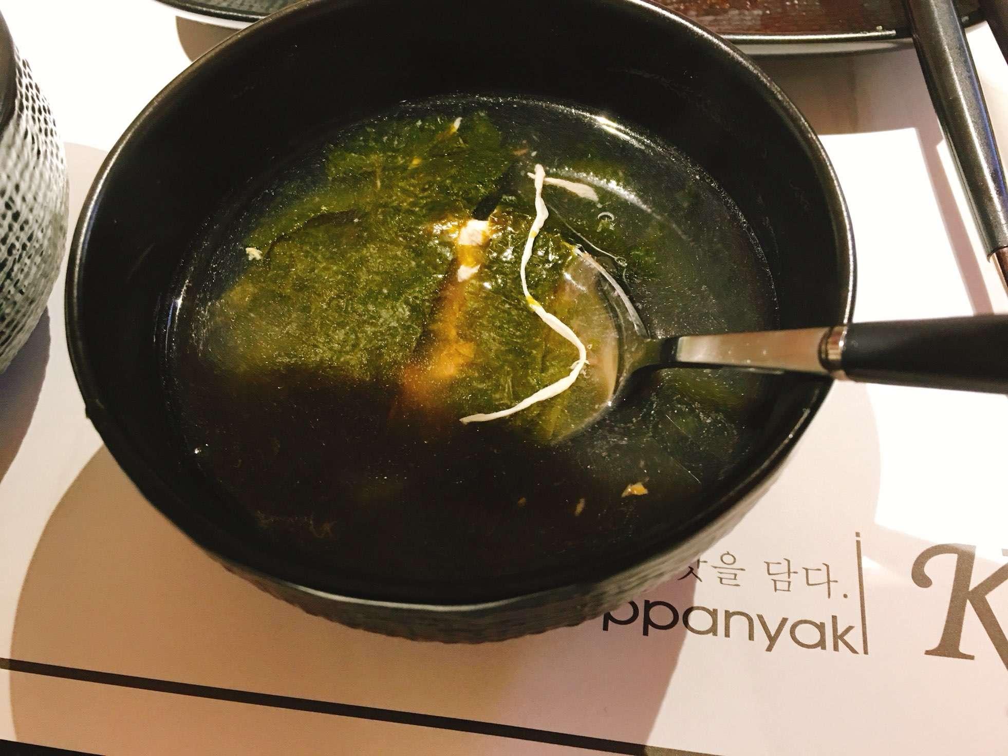 除了白飯之外還會附上炒青菜、炒豆芽菜和紫菜蛋花湯,真的很台式吧!