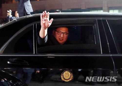 根據朝鮮中央通訊社的報道,上星期南北韓高層會議中由金正恩提出重新調整時間的提議。原因是金正恩在會議中看見南韓和北韓分開兩個時鐘,有兩個時間感到痛心。他認為把南北變成一體並不抽象,是在過程中慢慢把不同的事情調整為一樣,而南北韓統一的第一步就是先把時間統一。