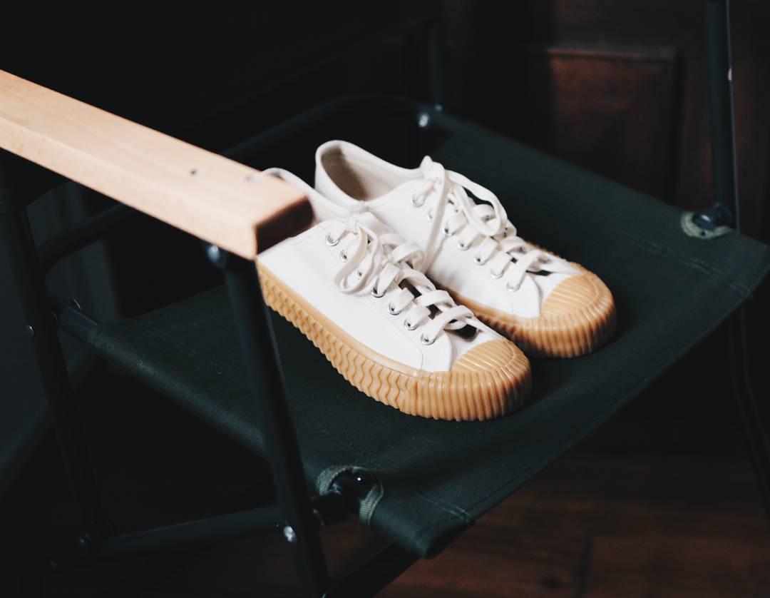 #黃底白色: 最經典的莫過於黃底白色這款啦!會被稱之為餅乾鞋,下面一圈奶油底的款式超吸引人啊!如果要選最好配的,摩登少女一定會投給它一票!