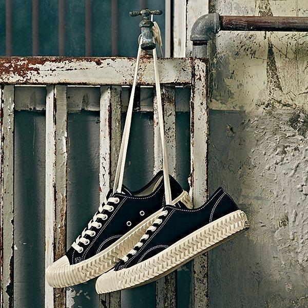 #黑色: 除了白色之外,經典的黑色款有不能錯過,雖然不是奶油底色,但是黑白配色反而更好駕馭,和男友一起穿情侶鞋的話就選這款吧!