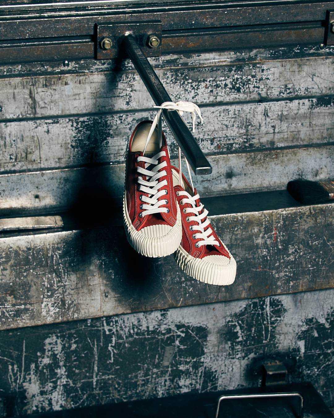 #紅色: 紅色也是球鞋中的大熱款式,如果平常穿的衣服顏色太灰暗,又或者沒有過多的特色,選一雙紅色的餅乾鞋絕對可以讓你亮起來!