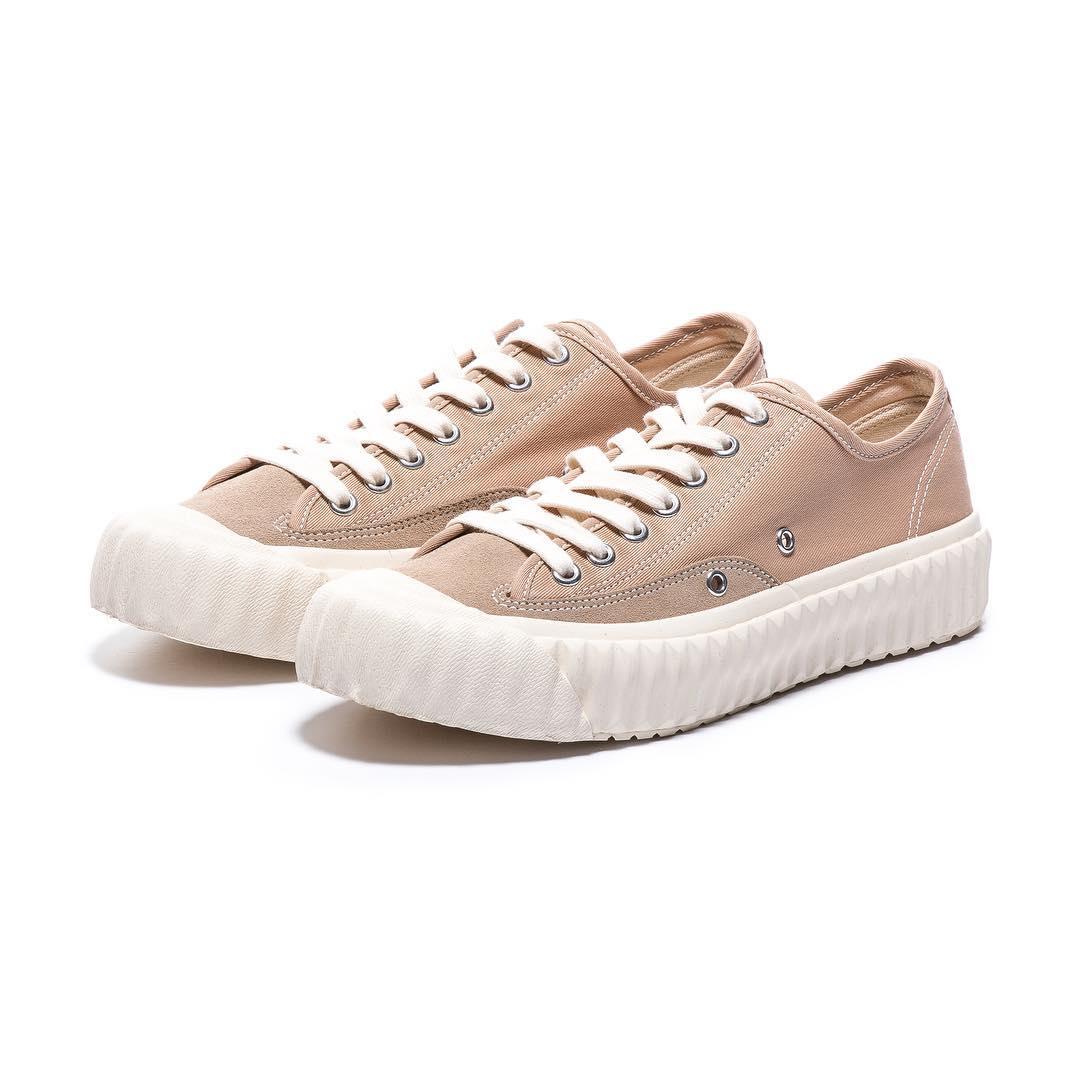 #小改款沙漠色: 如果喜歡粉嫩色系的女孩,這雙小改款沙漠色則是走粉色系,有點嬰兒粉的感覺,不會太過突兀,保有裸色系的元素,讓一般人也能好好駕馭裸色球鞋啊~