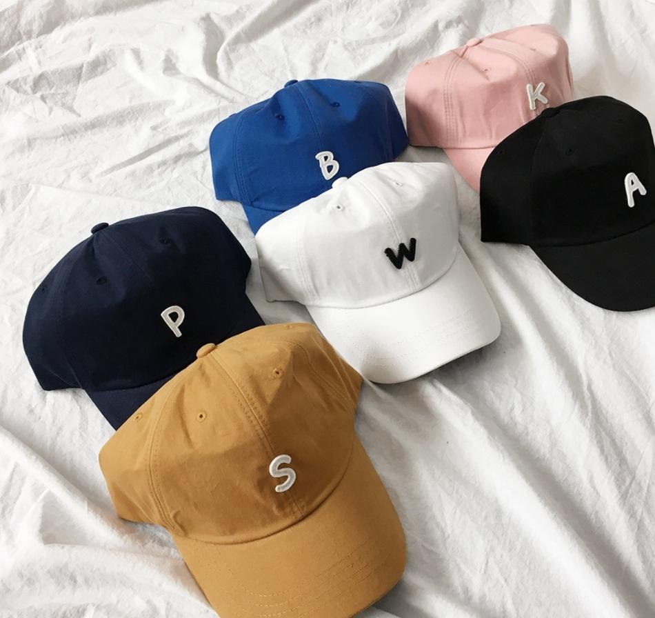 △棒球帽: 最後推一個夏天常搭配的單品,就是棒球帽啦!不僅有型之外,最主要就是遮陽超級方便XDD,而且多種顏色也可以搭配不同的穿搭風格~