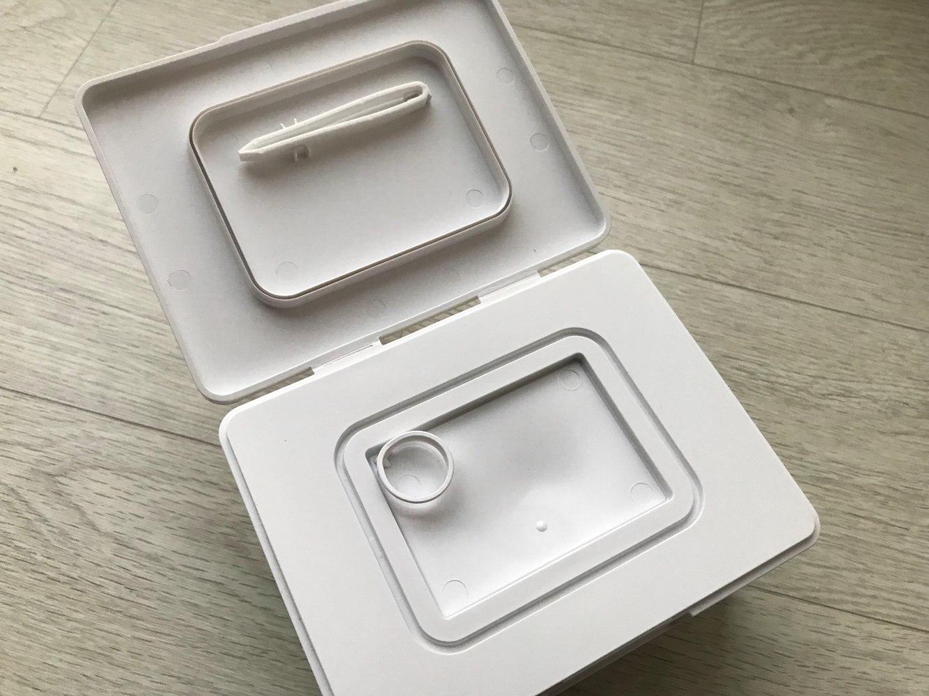 有點像濕紙巾的小盒子包裝,蓋上還附有小鑷子與放鑷子的位置,非常貼心~