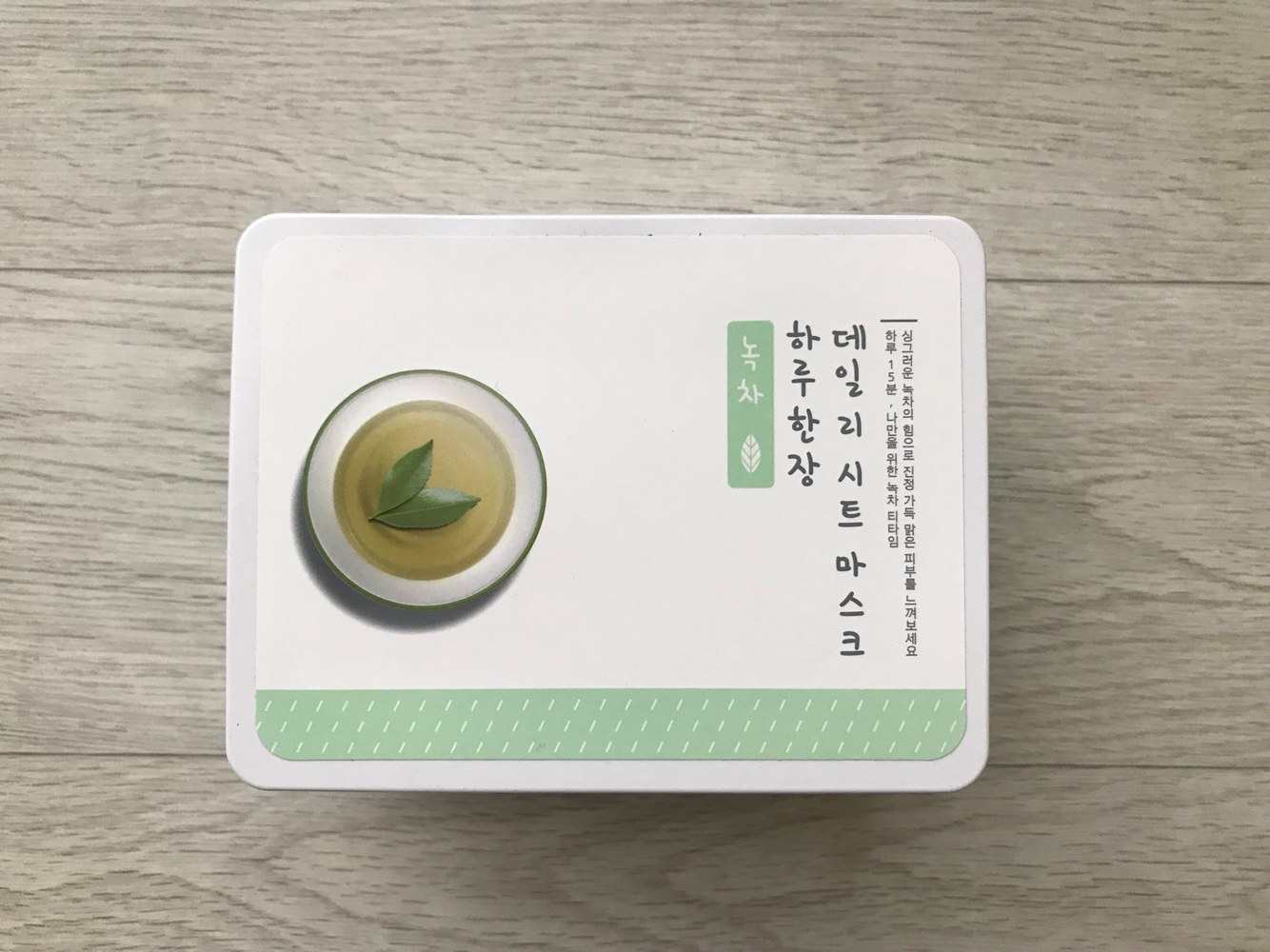 每日保養–【A'PIEU】抽取式每日面膜-綠茶(鎮靜效果)  有的人可能無論有沒有曬太陽,肌膚也常常會呈現紅紅熱熱的狀況,那麼就可以試試這款也是主打鎮靜的綠茶抽取式每日面膜~