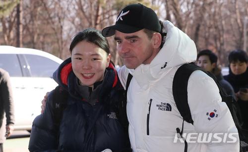 事件當時只有助理教練Bob de Jong上前安慰,但他和冰上聯盟的合約到今年2月後就沒有再續約