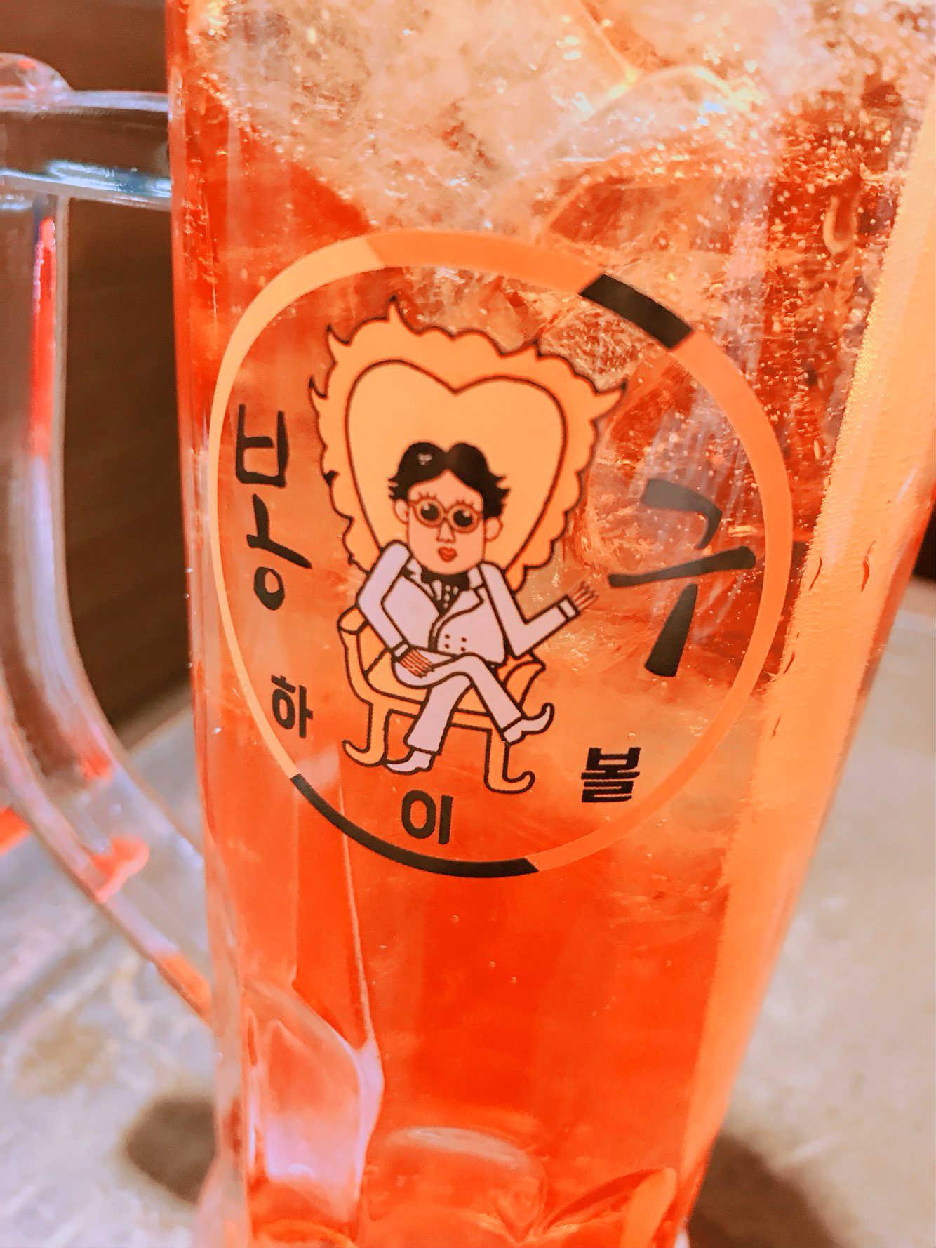 就連啤酒杯上也印有各式卡通人物像,喝酒時也多了另一種樂趣。