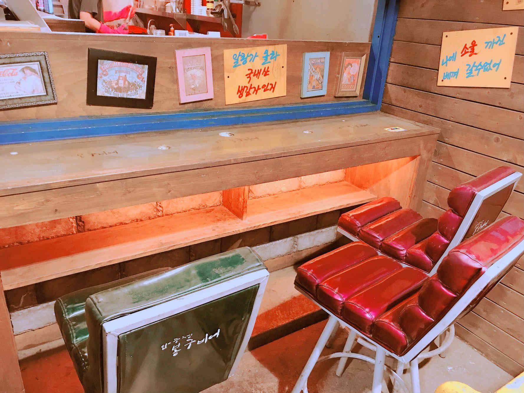 吧檯與桌椅設計部分,都看得出來店家的用心,具有濃厚的復古風。