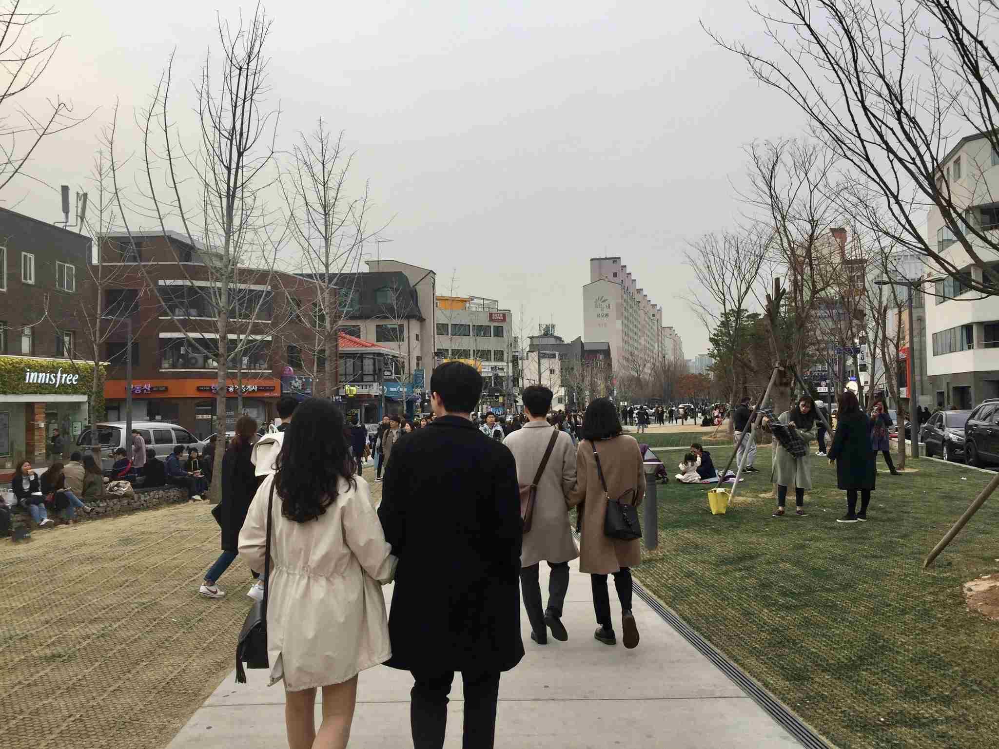 5.延南洞 - 34.4% 從弘大入口站3號出口出來的話就是延南洞啦! 周圍散發輕鬆悠閒的氛圍,週末常常會有韓國人坐在草地上野餐聊天呢~~