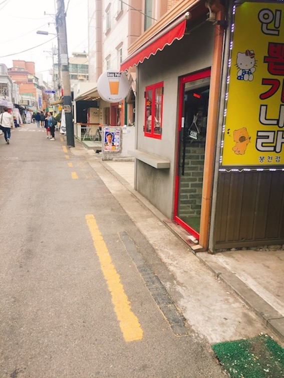 通常每所大學的附近都會聚集很多店家、餐廳而形成那裡獨有特色的商圈。今天想介紹位於地鐵2號線首爾大入口站附近,媲美江南新沙洞林蔭道,但卻更顯大學生活力的샤로수길(sha-ro-su-gil)!