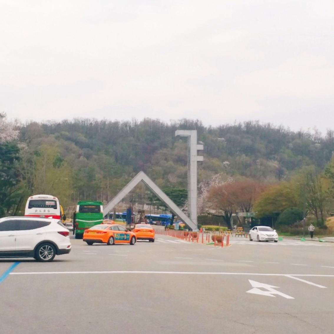 샤로수길(sha-ro-su-gil)因為是組合字所以好像沒有正確的中文名稱,不過它的組成由來很有意思哦~照片中首爾大學的入口看起來是不是很像韓文的「샤」呢,再加上因為這條街媲美位於江南的新沙洞林蔭道,所以取自林蔭道的後半部韓文「로수길」。最後「샤」加上「로수길」就變成「샤로수길(sha-ro-su-gil)」了!
