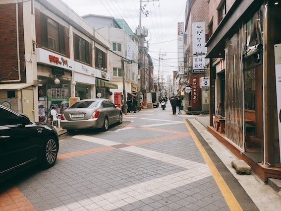 地鐵2號線搭到首爾大入口站後,從2號出口出來直走,看到這條巷子彎進去,就進入샤로수길(sha-ro-su-gil)啦~