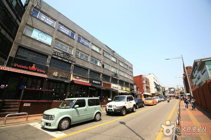 2.梨泰院經理團路 - 46.6% 經理團路在離梨泰院地鐵站僅一站之遙的綠莎坪站附近,是韓國近年新興的年輕人最愛的街道之一,覺得梨泰院太多人嗎?那就來經理團路逛逛吧~~!