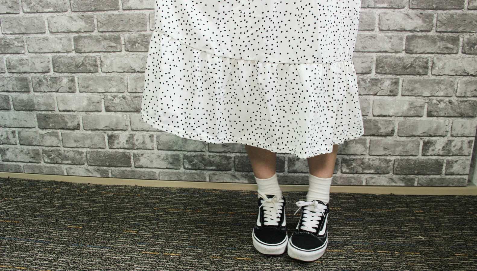 裙子下擺有再多做一次拼接設計,整體看起來比較沒那麼單調。這款算是滿百搭的洋裝,單配T恤就很好看啦!出去約會必備啊~(但因為材質比較透氣,穿裙子的時候裡面要搭個小短褲比較好喔)