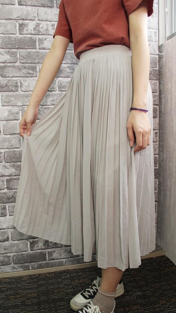 這條百褶裙的紋路做得滿細緻的,不會有不規則的線條。而且選擇用鬆緊帶做設計,吃胖了也不怕XDD